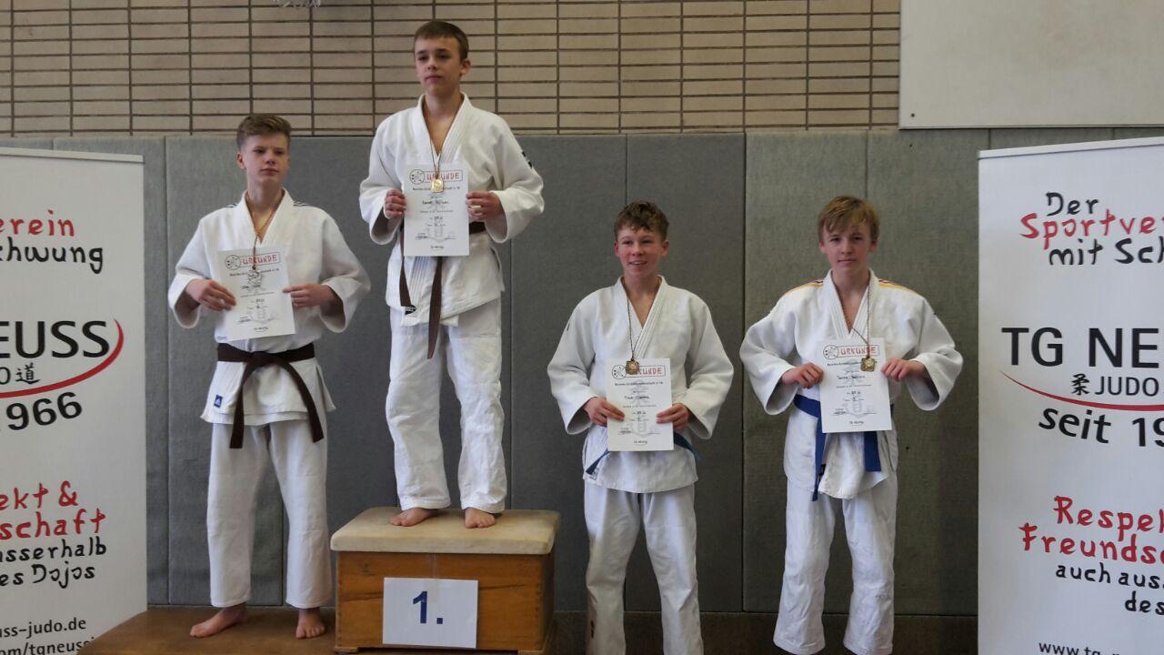 Patrick Bobovnik (erster von rechts) vom Judo-Team Holten erreichte souverän Platz 3 bei der Bezirkseinzelmeisterschaft der U18 und ist damit für die Westdeutsche-Einzelmeisterschaft qualifiziert. (Foto: Judo-Team Holten)